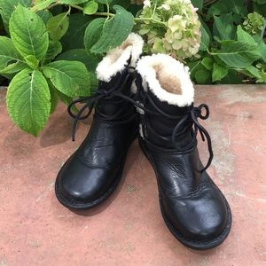GENUINE UGG CASPIA ANKLE BOOTS 🌸
